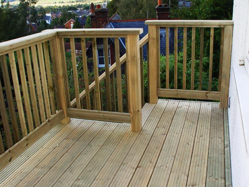 Decking balustrade offers privacy to deck area carehomedecor for Low price decking