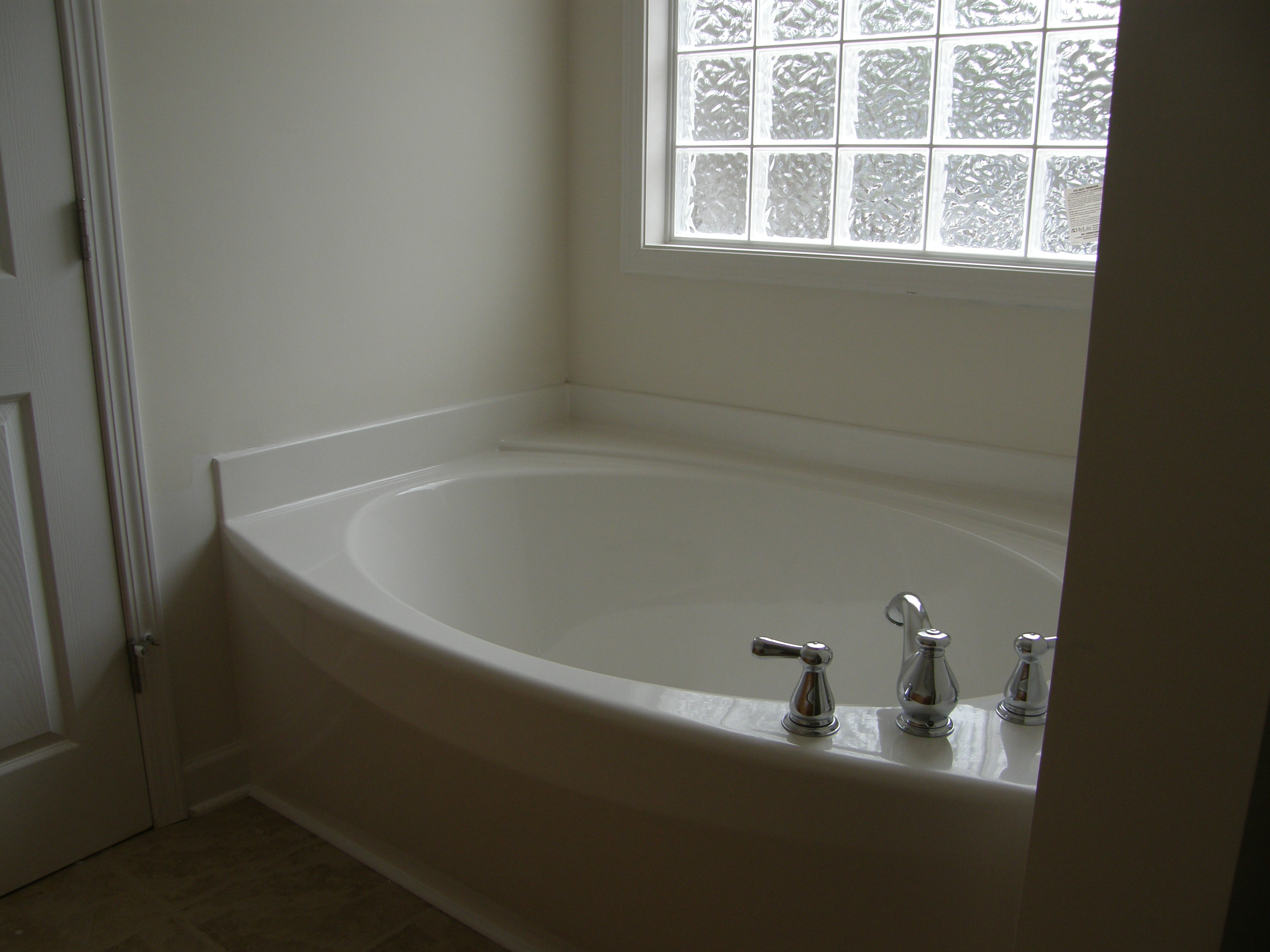 Decorate your garden with attractive garden tubs for How to decorate a garden tub bathroom