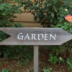 Use of garden signs and arts to decorate it