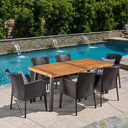 Outdoor dining set to enjoy your dinner
