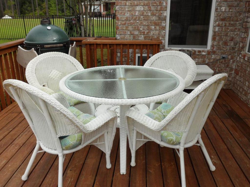 white wicker patio furniture  19