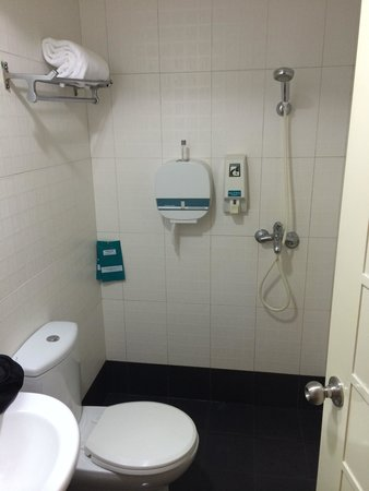 Shower / Bathroom all in one. - Picture of Hotel 81 - Sakura