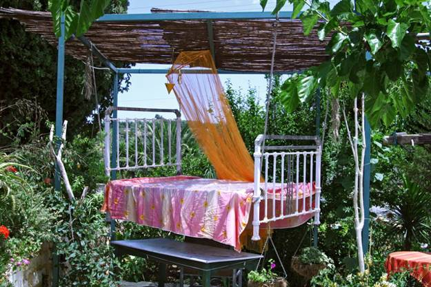25 DIY Outdoor Bed Ideas, Summer Decorating with Spa Beds, Canopies