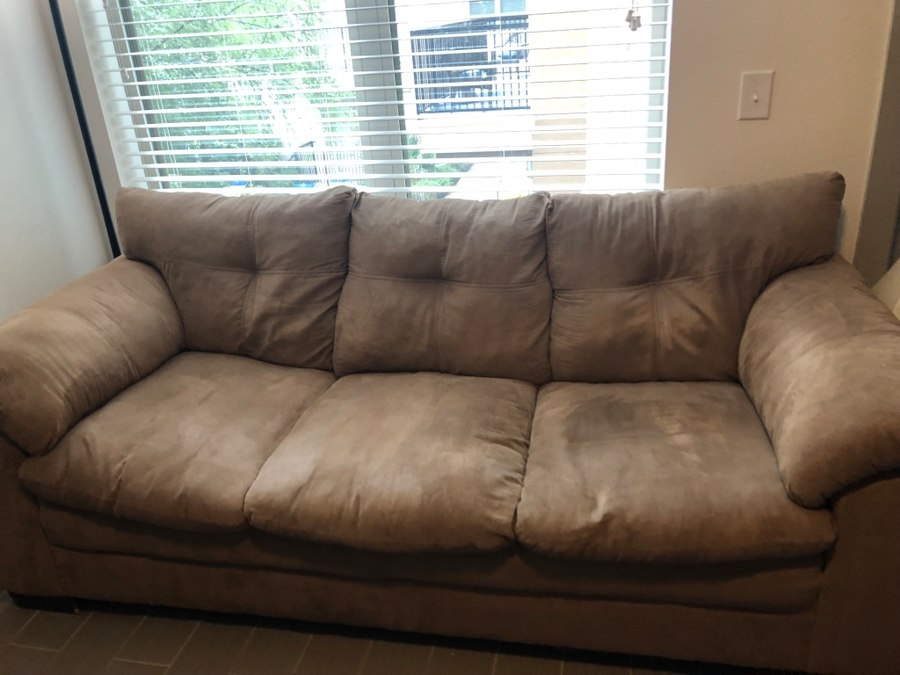 Begagnad Great condition suede couch and loveseat till salu i Dallas
