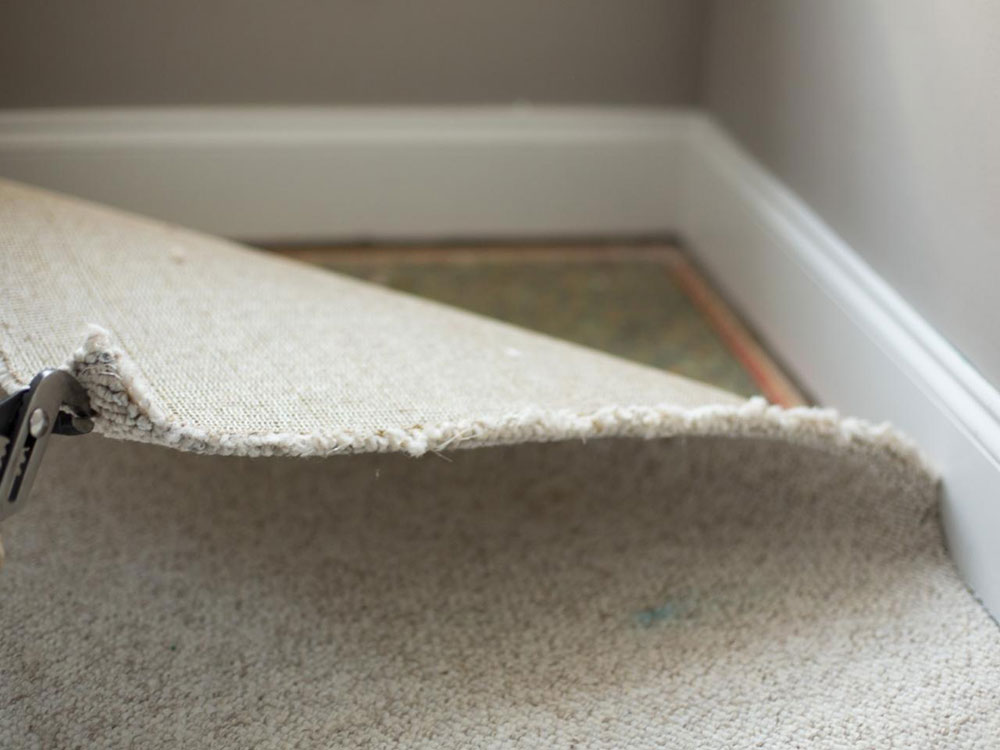 Corner carpet How to remove carpets from wooden floors (quick guide)