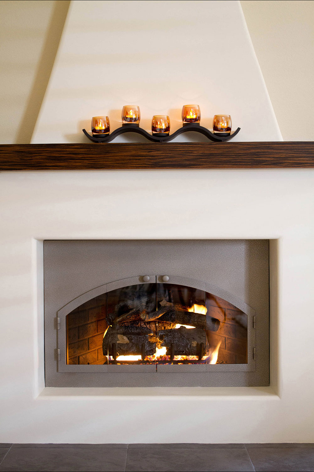 A-fresh-on-an-Adobe-fireplace-by-Talianko-Design-Group-LLC How to decorate a fireplace cladding (neat decoration ideas)