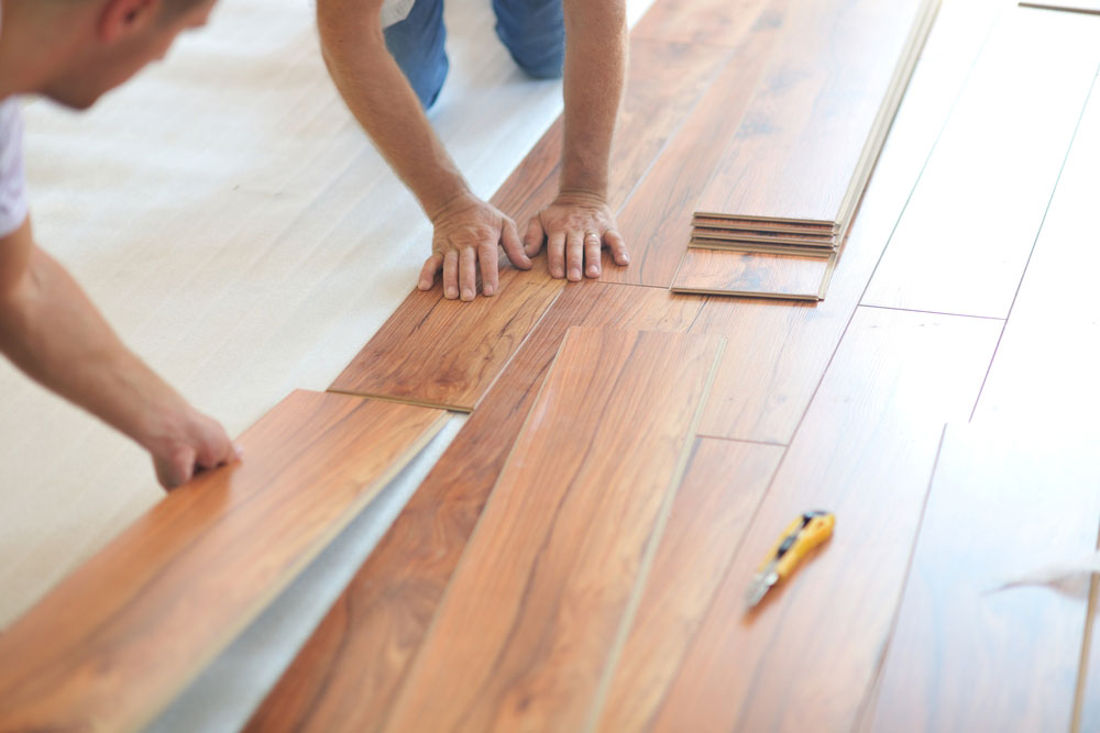 Laying laminate floors How to attach a wet laminate floor and avoid damage