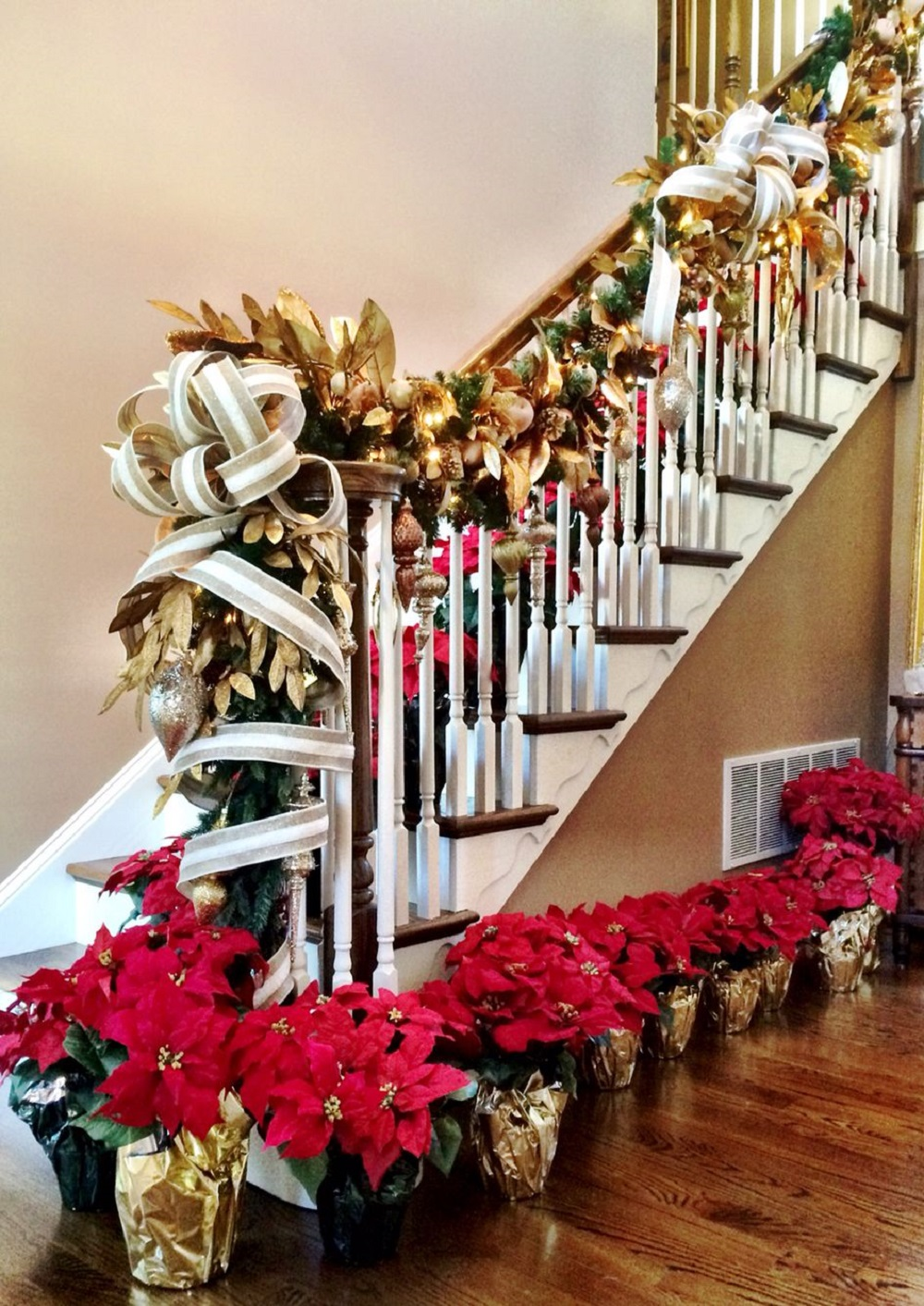 t3-4 Great decoration ideas for Christmas stairs that you should definitely try