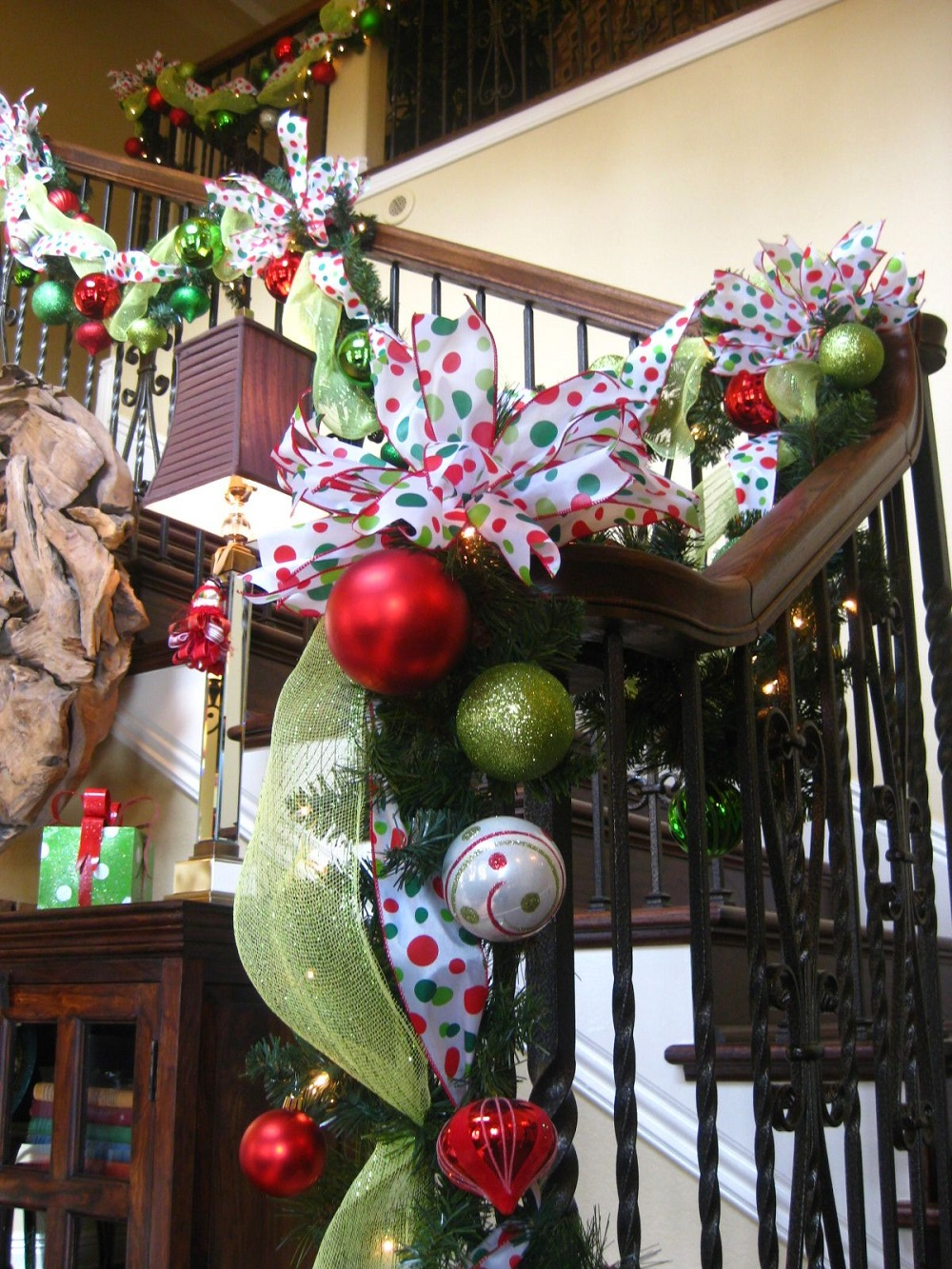 t3-130 Great decoration ideas for Christmas stairs that you should definitely try