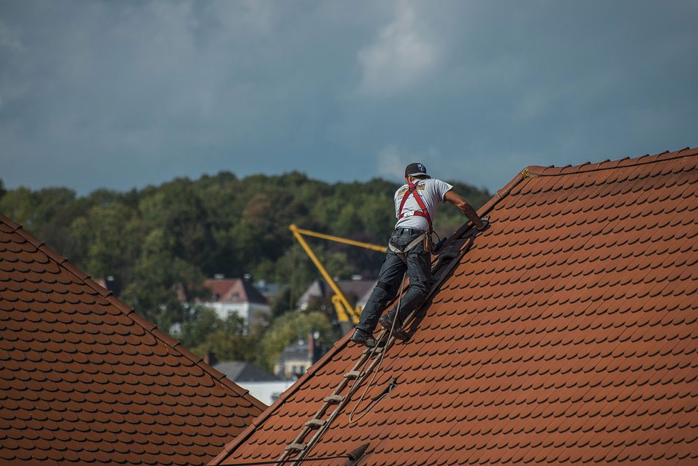 Dachdecker-2891664_1280 Telltale Signs It's time to fix your roof