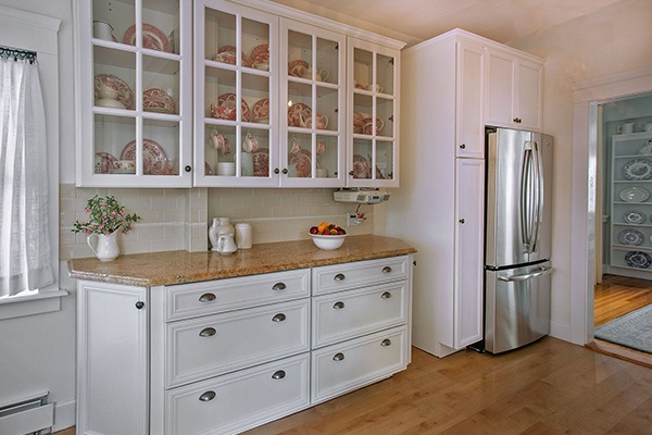 How to Utilize Glass-Front Cabinets in Your Kitch